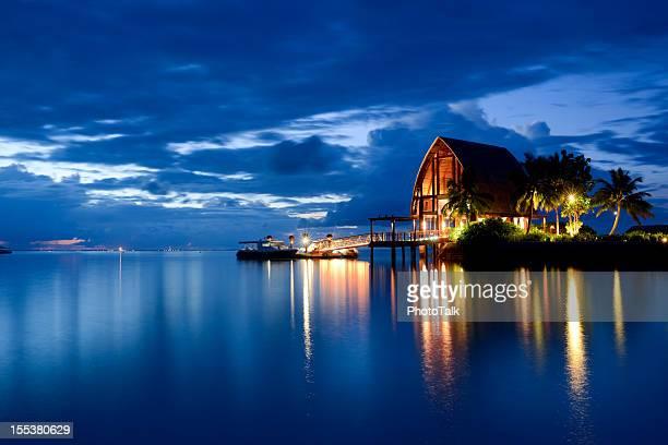 La nuit paisible et magnifique paysage marin des Maldives