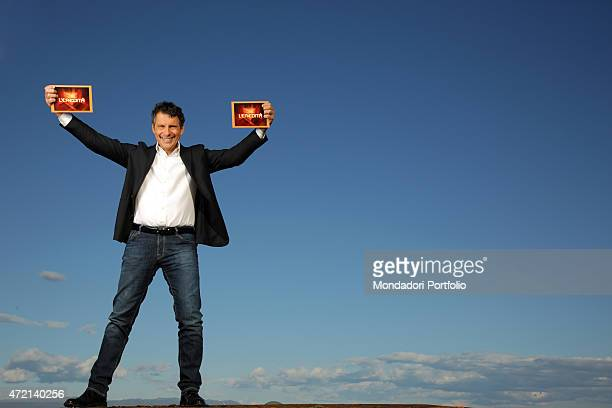 'The TV host Fabrizio Frizzi showing two papers in a photocall shooted outside the RAI TV studios where he presents the TV quiz L'eredit Rome Italy...