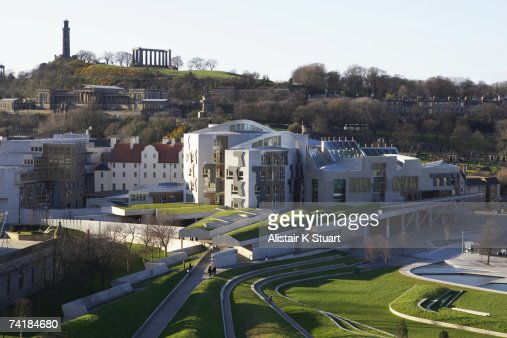 The unique exterior of the new Scottish Parliament building in Edinburgh, Scotland which is located at the foot of the Royal Mile and next to the Palace of Holyroodhouse, the Queen's official residence in Scotland. : Stockfoto