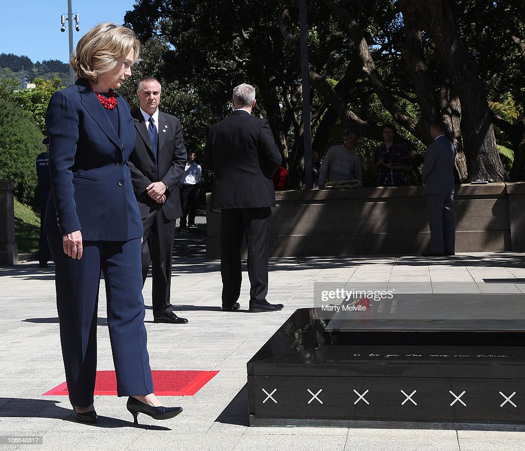 Clinton (IA) United States  city images : The United States Secretary of State Hillary Clinton places a rose on ...
