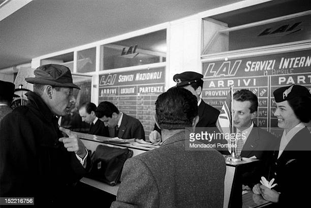 The US actor Danny Kaye while ask informations to the LAI staff of the airport Italy 1956