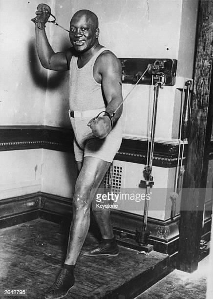 The US boxer Jack Johnson training