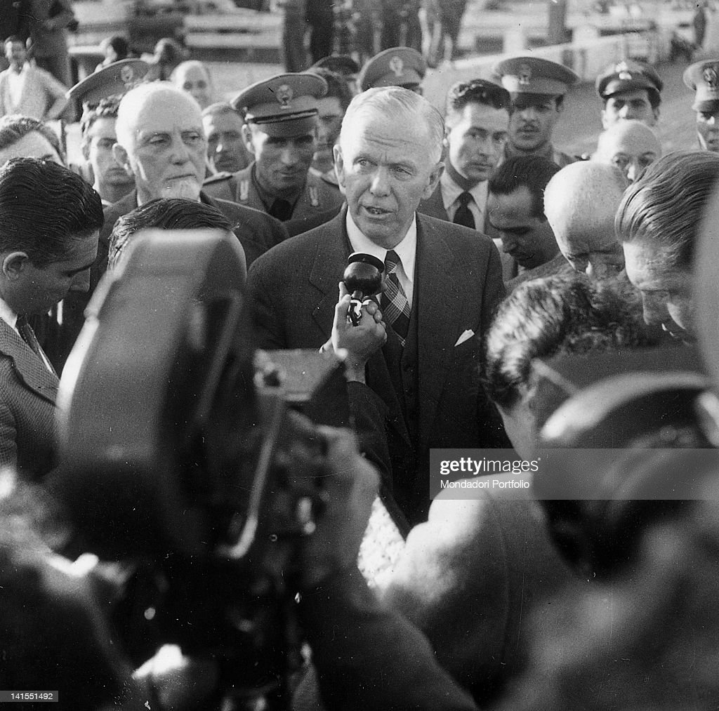 The U.S. general and author of the food and economic plan George Marrshall surrounded by many journalists on his arrival at the airport. Ciampino, 18th October 1948