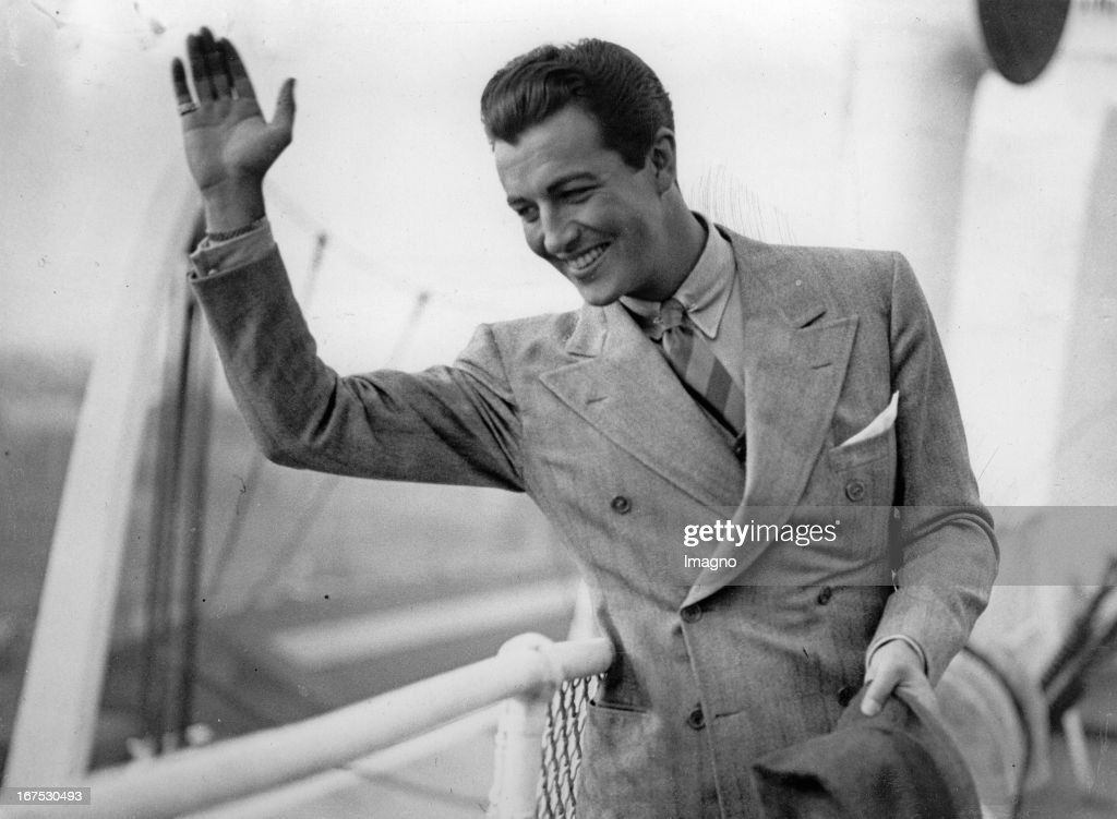 The US-american actor <a gi-track='captionPersonalityLinkClicked' href=/galleries/search?phrase=Robert+Taylor+-+American+Actor&family=editorial&specificpeople=5411922 ng-click='$event.stopPropagation()'>Robert Taylor</a> at his arrival in the harbour of Southampton. On the ship BERENGARIA. August 27th 1937. Photograph. (Photo by Imagno/Getty Images) Der US-amerikanische Filmschauspieler <a gi-track='captionPersonalityLinkClicked' href=/galleries/search?phrase=Robert+Taylor+-+American+Actor&family=editorial&specificpeople=5411922 ng-click='$event.stopPropagation()'>Robert Taylor</a> bei seiner Ankunft in England auf dem Schiff BERENGARIA. Hafen Southampton. 27.8.1937. Photographie.