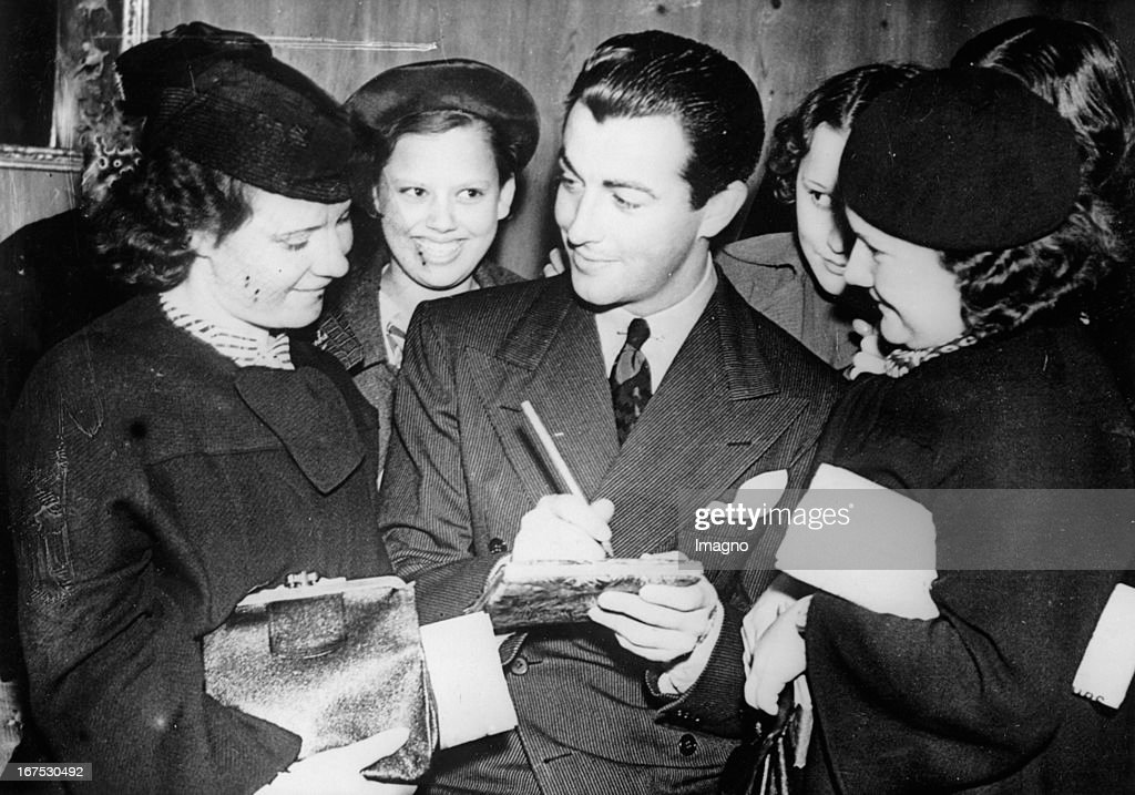 The US-american actor <a gi-track='captionPersonalityLinkClicked' href=/galleries/search?phrase=Robert+Taylor+-+American+Actor&family=editorial&specificpeople=5411922 ng-click='$event.stopPropagation()'>Robert Taylor</a> with fans in London. August 30th 1937. Photograph. (Photo by Imagno/Getty Images) Der US-amerikanische Filmschauspieler <a gi-track='captionPersonalityLinkClicked' href=/galleries/search?phrase=Robert+Taylor+-+American+Actor&family=editorial&specificpeople=5411922 ng-click='$event.stopPropagation()'>Robert Taylor</a> mit Fans in London. 30.8.1937. Photographie.