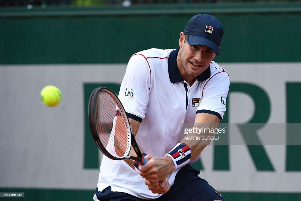 The US's John Isner returns the ball to Great Britain's Kyle Edmund during their men's second round match at the Roland Garros 2016 French Tennis Open in Paris on May 25, 2016. / AFP / MARTIN