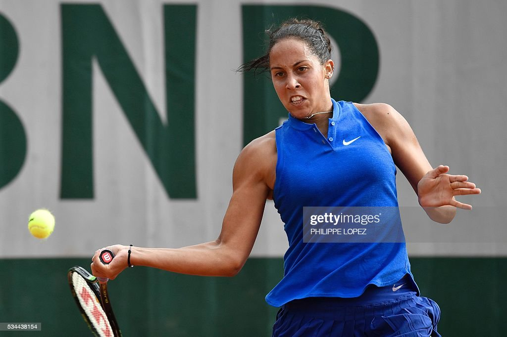 The US's Madison Keys returns the ball to Colombia's Mariana Duque during their women's second round match at the Roland Garros 2016 French Tennis Open in Paris on May 26, 2016. / AFP / PHILIPPE