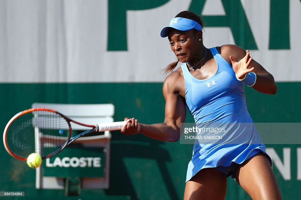 The US's Sloane Stephens returns the ball to Bulgaria's Tsvetana Pironkova during their women's third round match at the Roland Garros 2016 French Tennis Open in Paris on May 27, 2016. / AFP / Thomas SAMSON