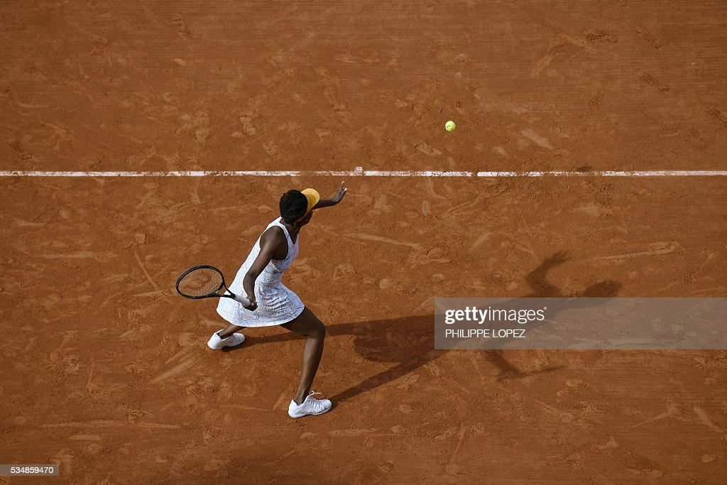 The US's Venus Williams returns the ball to France's Alize Cornet during their women's third round match at the Roland Garros 2016 French Tennis Open in Paris on May 28, 2016. / AFP / PHILIPPE