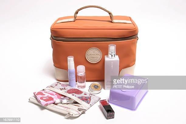 The Vanity Dans un vanity en toile orange et cuir naturel un déodorant spray compact Cosmence une brume d'hydratation apaisante pour le visage et le...