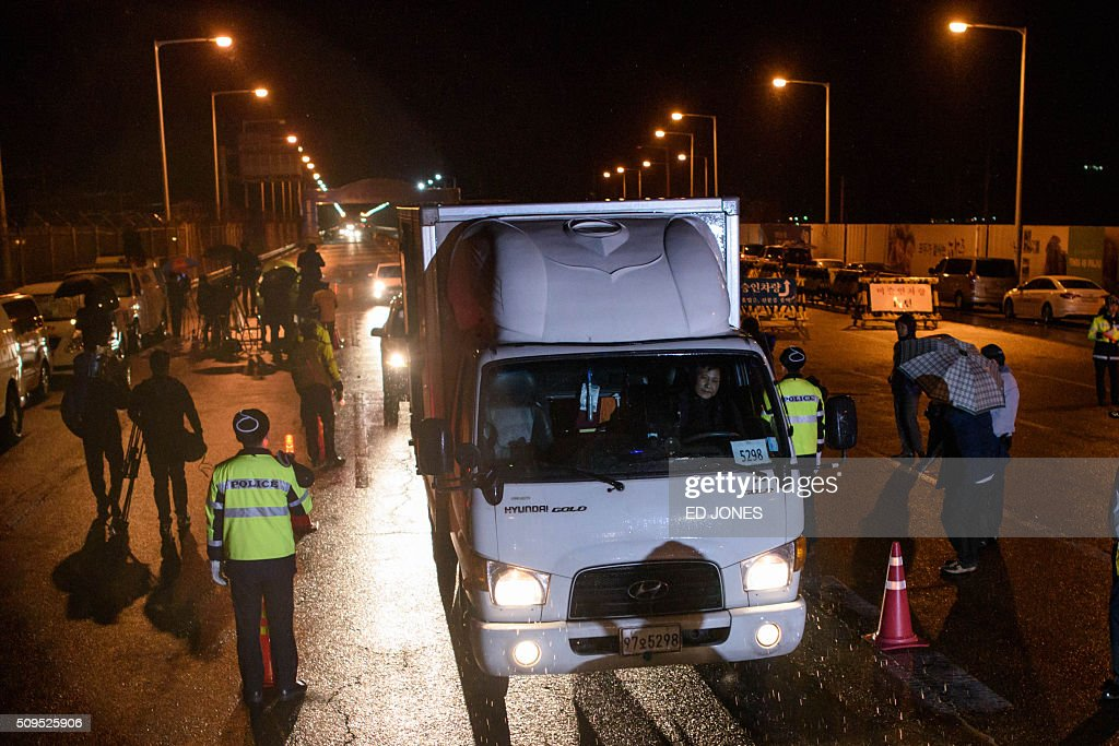 The vehicles of South Korean businessmen returning from the Kaesong joint industrial area near the Demilitarized Zone (DMZ) seperating North an South Korea pass across the Tongil bridge checkpoint as they arrive in Paju on February 11, 2016. North Korea on February 11 expelled all South Koreans from the jointly-run Kaesong industrial zone and seized their factory assets, saying Seoul's earlier decision to shutter the complex had amounted to a 'declaration of war'. AFP PHOTO / Ed Jones / AFP / ED JONES
