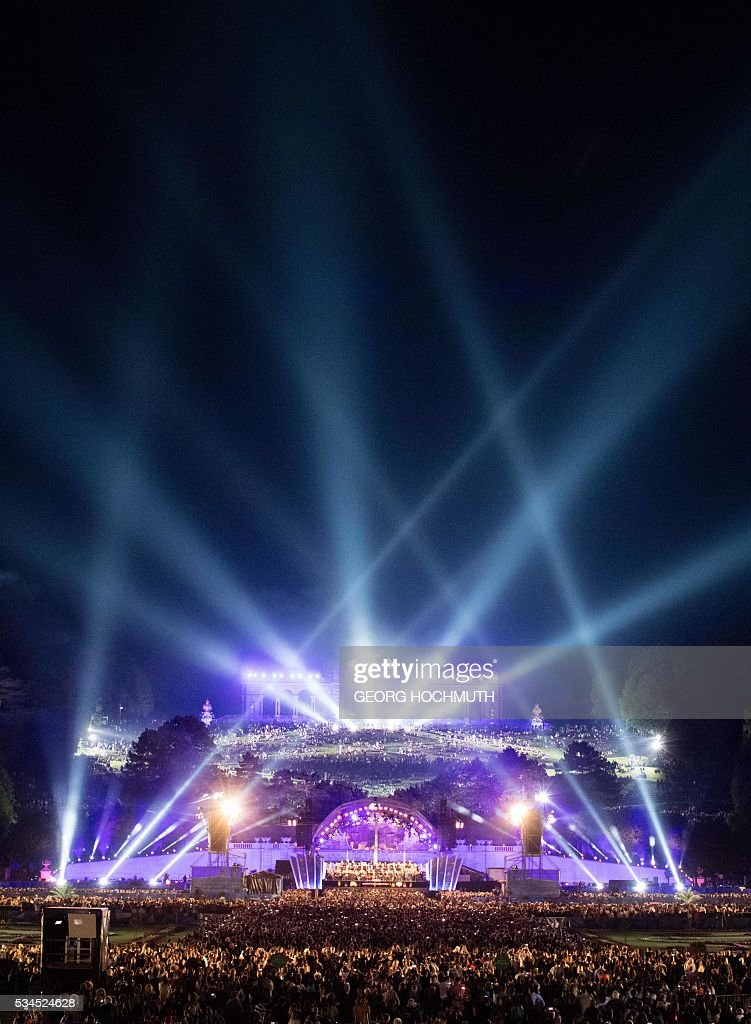 The Vienna Philharmonic Orchestra performs on stage during the open air concert 'Sommernachtskonzert' (Summer Night Concert) at the Schoenbrunn Palace in Vienna, on May 26, 2016. / AFP / APA / GEORG HOCHMUTH / Austria OUT