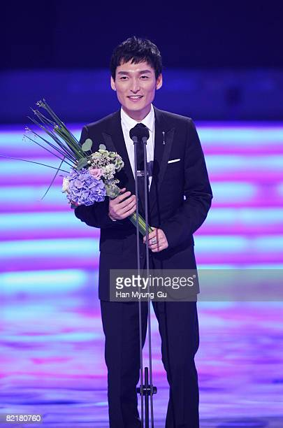'The Violin' accepts the award for Best Single Drama WinnerTsuyoshi Kusanagi of SMAP