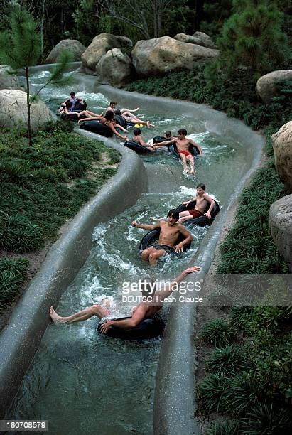 The Walt Disney World Resort Park Orlando Floride novembre 1976 Au parc d'attractions WALT DISNEY WORLD RESORT sur des bouées des personnes non...