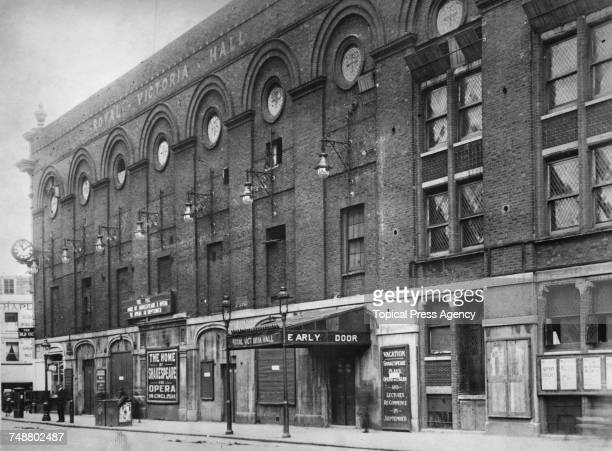 The west side of The Old Vic theatre on Waterloo Road in Lambeth London July 1922 The theatre was officially The Royal Victoria Hall but was already...