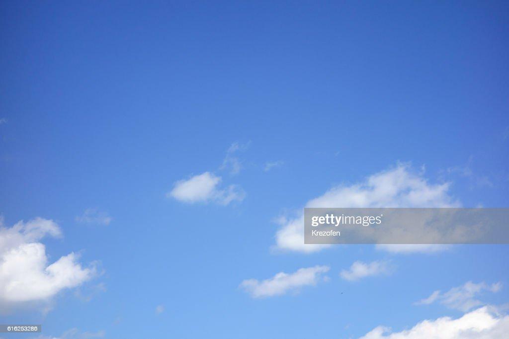 Nuvens flutuante a branco num fundo de céu azul : Foto de stock