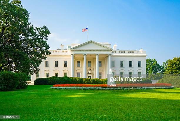 La Maison Blanche, la pelouse verte et ciel bleu, tôt le matin de lumière
