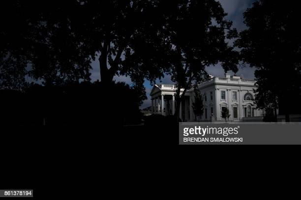 The White House is seen at twilight October 14 2017 in Washington DC / AFP PHOTO / Brendan Smialowski