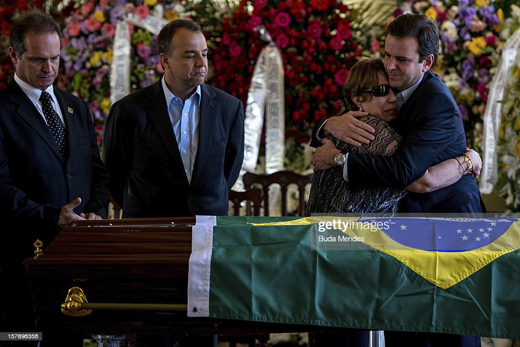 The widow Vera Lœcia Niemeyer cries for the death of her husband, the Architect Oscar Niemeyer, accompanied by Governor Sergio Cabral and Major <a gi-track='captionPersonalityLinkClicked' href=/galleries/search?phrase=Eduardo+Paes&family=editorial&specificpeople=5692531 ng-click='$event.stopPropagation()'>Eduardo Paes</a> during funeral of at Palacio City on December 07, 2012 in Rio de Janeiro, Brazil. Niemeyer was hospitalized for 33 days at Samarian Hospital and died at 104 years old due to a kidney infection on December 06, 2012 in Rio de Janeiro, Brazil.
