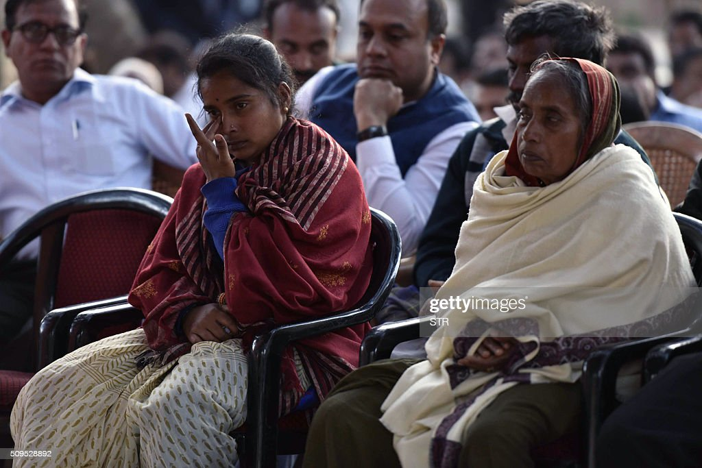 The wife (L) and mother (R) of avalanche survivor Hanumanthappa Koppad attend his funeral in New Delhi on February 11, 2016. Indian army soldier Koppad, who was rescued nearly a week after being buried in eight metres (25 feet) of snow by a deadly Himalayan avalanche, died in hospital on February 11 of his injuries, the army said. AFP PHOTO / AFP / STR