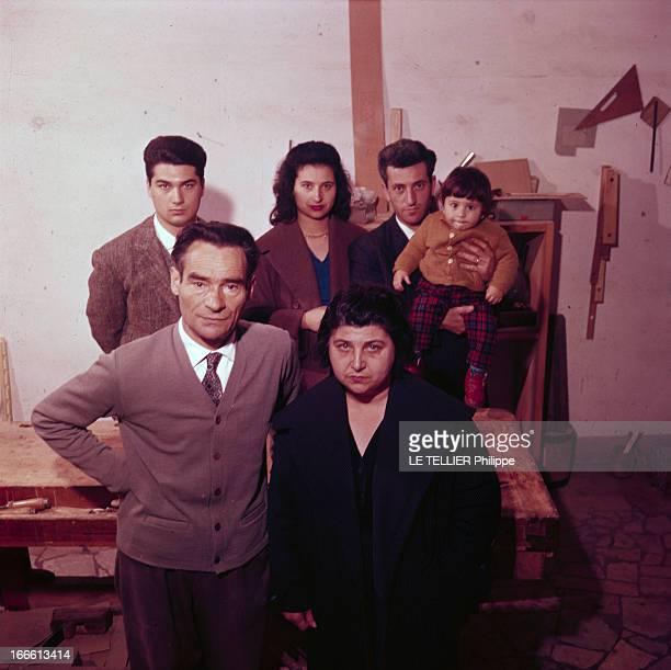 The Wilma Montesi Case En Italie portrait de la famille de Wilma MONTESI dans l'atelier de menuiserie su père au premierplan le père Rodolphe et la...