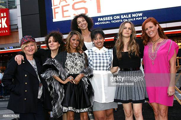 The winner of the costume contest poses with costume designer Clueless Mona May director Amy Heckerling actresses Stacey Dash Alicia Silverstone...