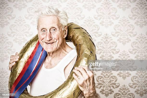 Le gagnant-homme senior doré avec couronne de laurier