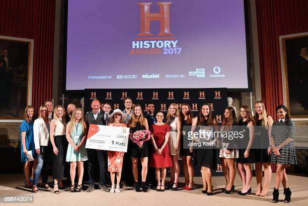 The winning pupils team of the RobertJungkGesamtschule Krefeld poses with actress and patroness Collien UlmenFernandes and host Nina Eichinger during...