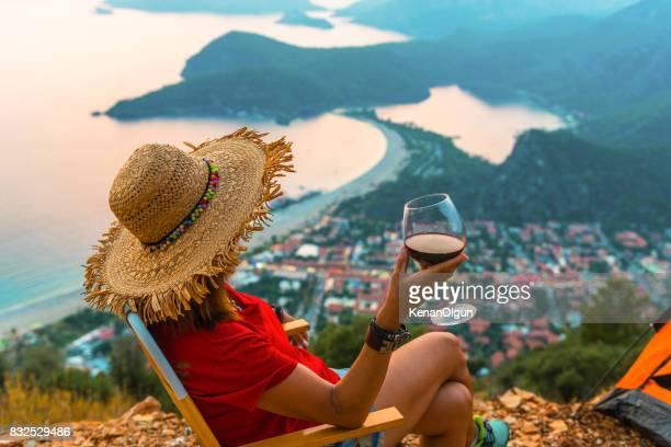 La femme qui boit le vin. A bientôt.