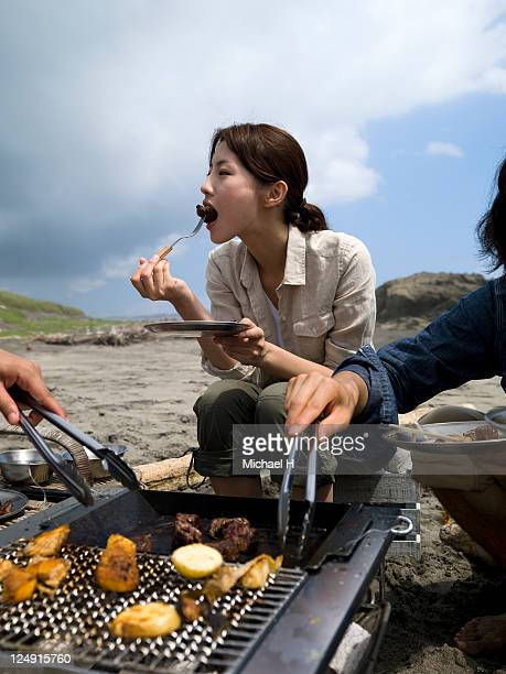 The woman who eats roast meat with good appetite