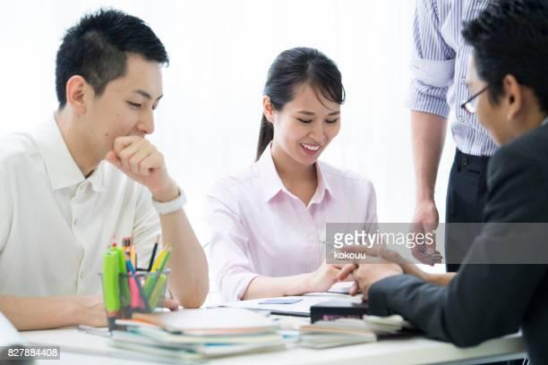 会議に参加している女性が笑っています。
