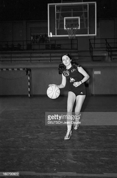 The Women's Basketball Team Of Clermont University Club A ClermontFerrand à l'occasion du championnat d'Europe MarieClaude GRANGIER membre de...