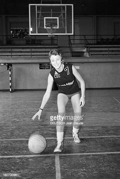 The Women's Basketball Team Of Clermont University Club A ClermontFerrand à l'occasion du championnat d'Europe une basketteuse nonidentifiée membre...
