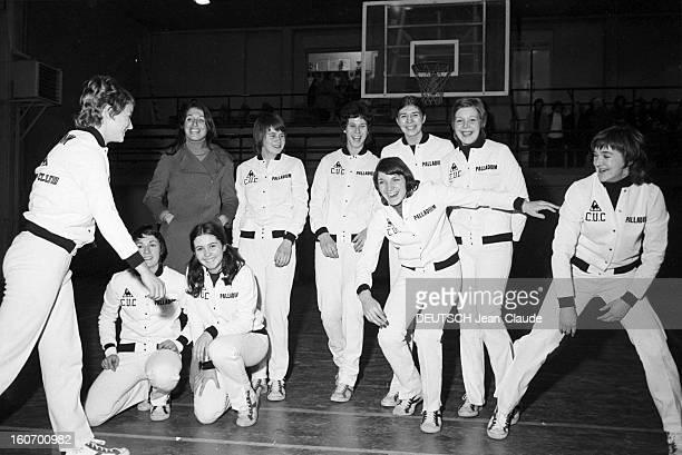 The Women's Basketball Team Of Clermont University Club A ClermontFerrand à l'occasion du championnat d'Europe une basketteuse nonidentifiée arrivant...