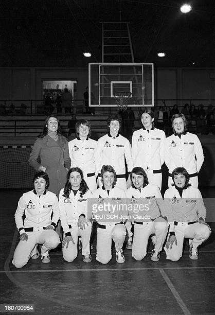 The Women's Basketball Team Of Clermont University Club A ClermontFerrand à l'occasion du championnat d'Europe photo de groupe de l'équipe de...