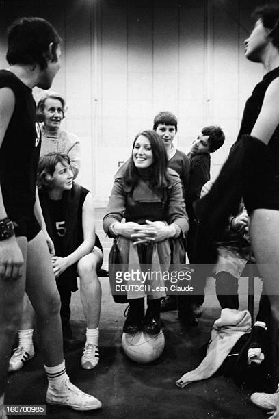The Women's Basketball Team Of Clermont University Club A ClermontFerrand à l'occasion du championnat d'Europe Colette PASSEMARD membre de l'équipe...