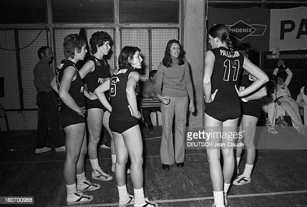 The Women's Basketball Team Of Clermont University Club A ClermontFerrand à l'occasion du championnat d'Europe Colette PASSEMARD en pantalon et pull...