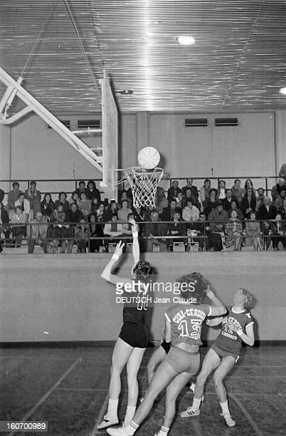 The Women's Basketball Team Of Clermont University Club A ClermontFerrand à l'occasion d'un match de championnat d'Europe une joueuse de l'équipe de...