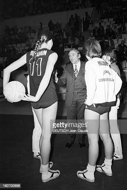 The Women's Basketball Team Of Clermont University Club A ClermontFerrand à l'occasion du championnat d'Europe l'entraîneur Joé JAUNAY en costume...
