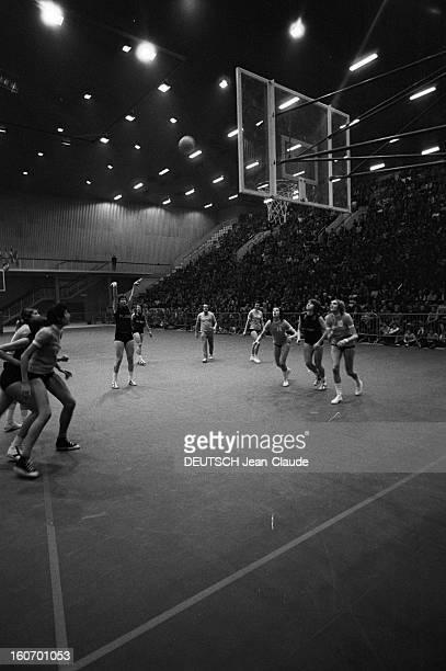 The Women's Basketball Team Of Clermont University Club A ClermontFerrand à l'occasion d'un match de championnat d'Europe Françoise QUIBLIER membre...
