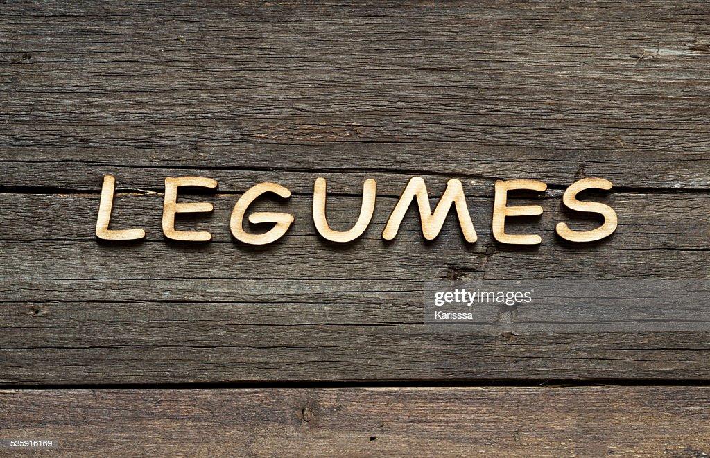 a palavra de leguminosas em uma mesa de madeira : Foto de stock