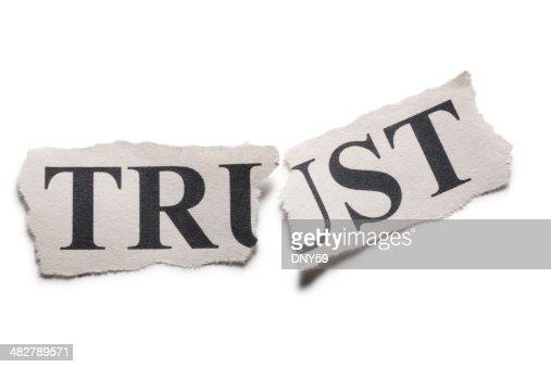 「信頼プリントを半分に切りっぱなしの紙