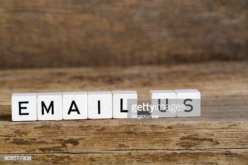 単語の E メールに書かれたキューブ : ストックフォト