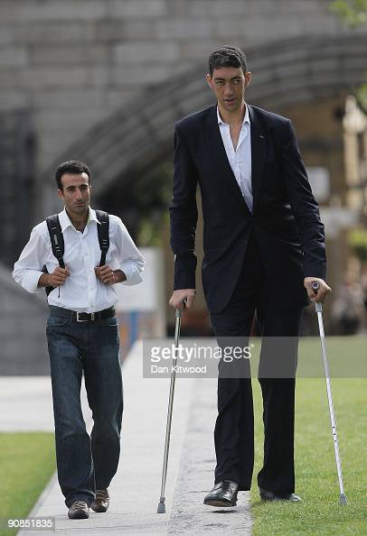 ¿Cuánto mide Sultan Kösen? - Altura - Real height The-worlds-new-tallest-man-sultan-kosen-26-of-turkey-poses-with-his-picture-id90851835?s=594x594
