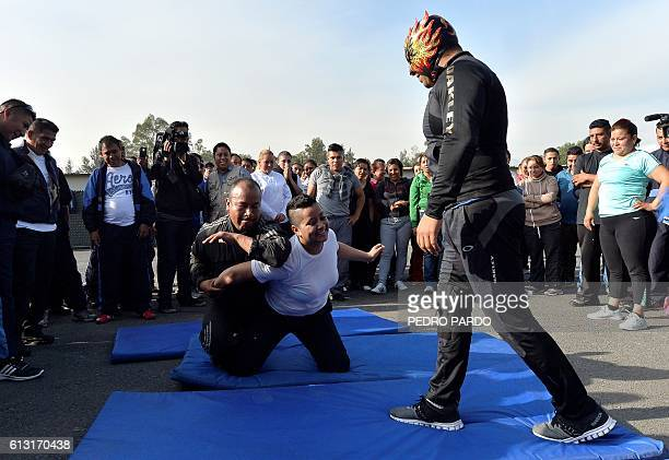 The wrestler Polvora have took to training local police in Iztapalapa neigbourhood in Mexico City to help them subdue suspects without using weapons...