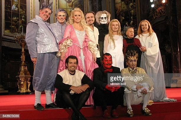 Theaterstueck 'Jedermann' von Hugo von Hofmannsthal Musik J S Bach Berliner Dom Hintere Reihe vl Horst Pinnow als Dicker Vetter Wolfgang Bahro als...