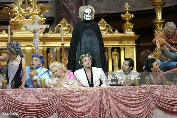 Theaterstueck 'Jedermann' von Hugo von Hofmannsthal Musik J S Bach Berliner Dom Georg Preusse als Jedermann Daniel Fehlow als Guter Gesell Joachim...