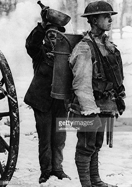 1WW Theatre of war allied forces France Provisions for frontline troops British soldier with bagpack box for hot soup no further information feb 1917