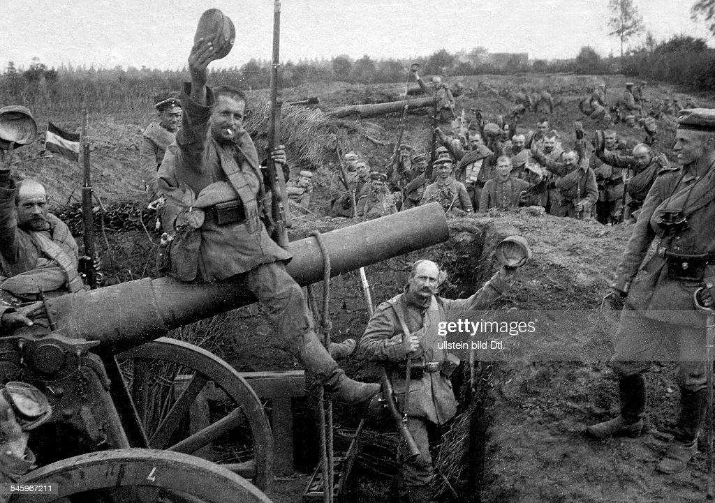 1WW Theatre of war western front BelgiumFrance augustseptember1914 German artillery position soldiers during break of combat no further information...
