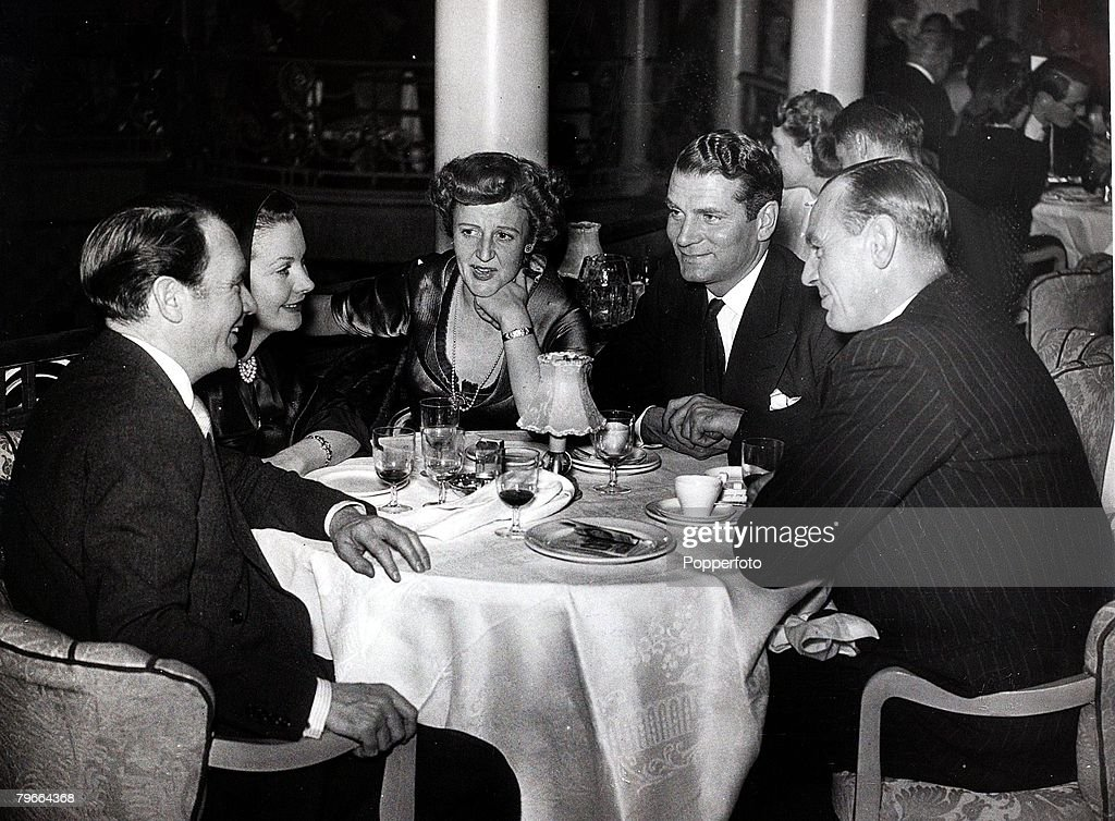 Theatre/ Stage, Discussion at the Cafe de Paris, London between, l-r actors and actresses: John Mills, Vivien Leigh, Mary Hayley Bell, Sir Laurence Olivier and Cecil Tennant, December 21st 1948